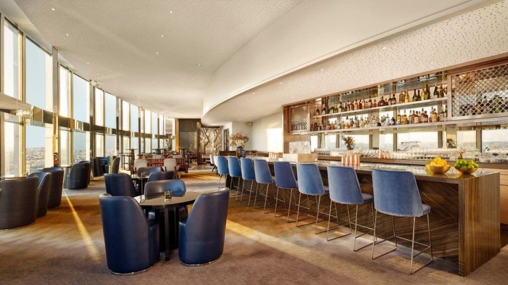 Le bar panoramique du 34e étage de l'hôtel Hyatt Regency Paris Etoile